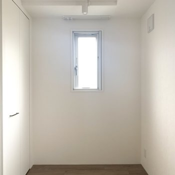 でも小窓も2つ、クローゼット付きです。(※写真は4階の同間取り別部屋のものです)