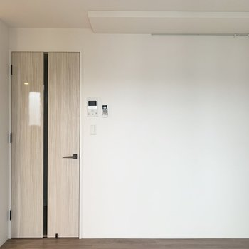 ドアがツヤってしてる。さすが築浅!(※写真は4階の同間取り別部屋のものです)