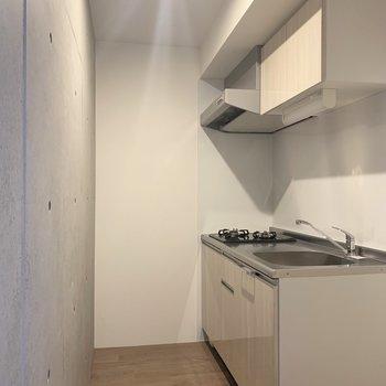 キッチンは奥にひっそりと。(※写真は4階の同間取り別部屋のものです)