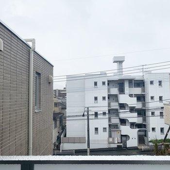 眺望はマンションビュー。(※写真は4階の別部屋からのものです)