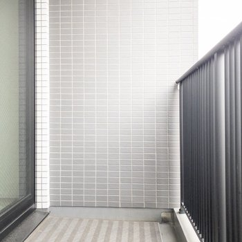 洗濯物がよく乾きそう。※写真は8階の反転間取り別部屋のものです