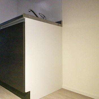 冷蔵庫はキッチン横に。※写真は8階の反転間取り別部屋のものです