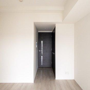 扉の横にクローゼットがあります。※写真は8階の反転間取り別部屋のものです