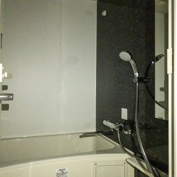 浴室はリラックスできそうです。※写真は8階の反転間取り別部屋のものです