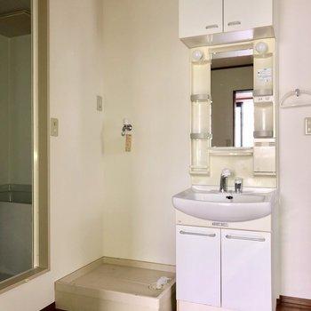洗濯物置き場、洗面台は浴室前に隣り合っています。