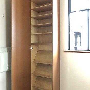 天井までたっぷりサイズの玄関収納。