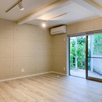 【地下1階】広い洋室です。窓があり、開放感も感じます。