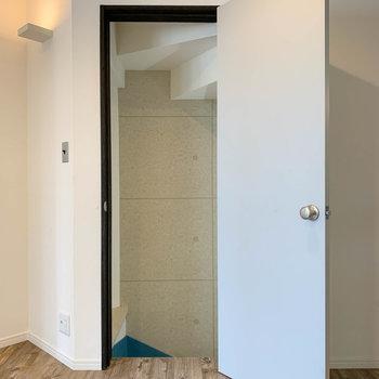 【1階】リビングのグレーの扉を開けて、