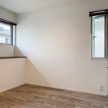 【2階右の洋室】真ん中にパーテーションのある、少し変わった洋室なんです。