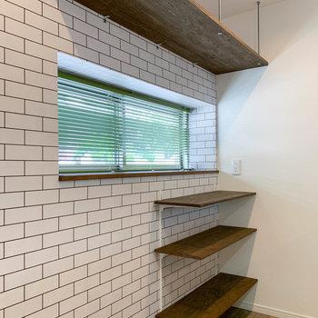 【1階】窓辺には造作棚。食器類の収納にも。