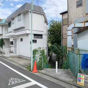 建物の後ろ側にも小道があります。