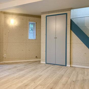 【地下1階】窓の左、階段側に収納があります。