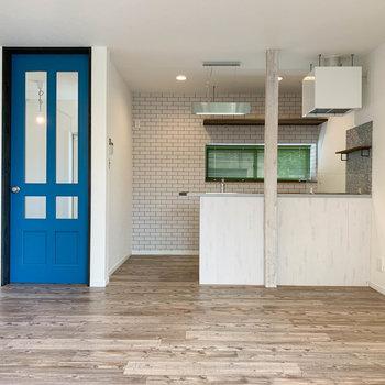 【1階】窓側からクルッと。キッチンと青い扉がキュートなんです。