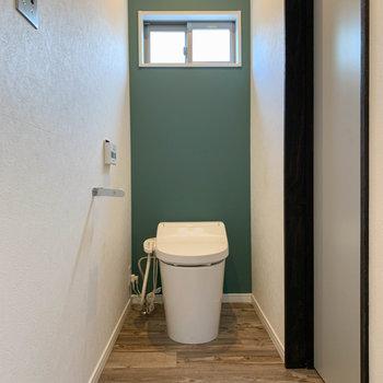 扉を開けて右側に、温水洗浄便座付き、タンクレスのトイレです。