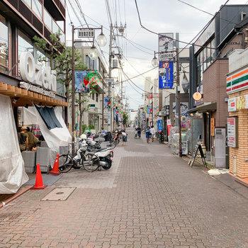 駅周辺には御嶽商店街。