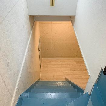 【地下1階】ブルーの階段を降りると、