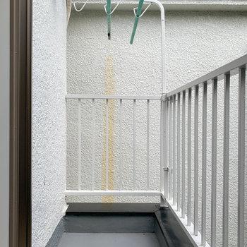 【2階バルコニー】2階のバルコニーは一般的なベランダサイズ。洗濯物はしっかり干せます。
