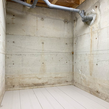 【地下1階】中はむき出しのコンクリ。ライトも付いてます。