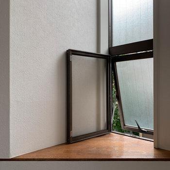階段登って途中、小窓の出窓がまた粋です。