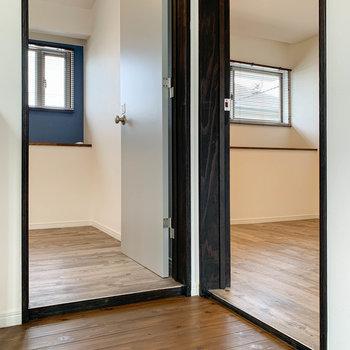 【2階】2階には洋室が2つ。まずは右の洋室から見ていきましょう。