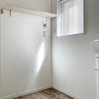 左に進むと洗濯機置き場。窓があるので、採光や通気も。