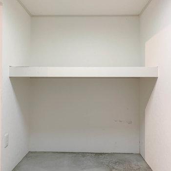 【地下1階】こちらにもウォークインクローゼットがあります。コンセントがあるので、除湿器なども置けます。