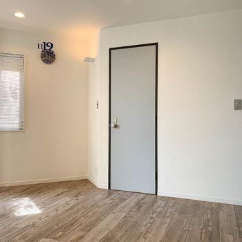 【1階】窓の右側、地下への扉があるんです。