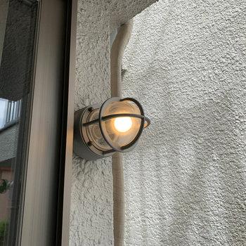 【1階バルコニー】窓沿いにライトもあります。夜はここで晩酌なんてこともできますね。