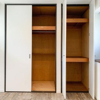 【2階左の洋室】左にクローゼット、右には衣装ケースなどを収納できそうです。
