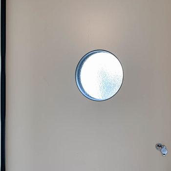 【ディティール】玄関扉の小窓、満月のようで綺麗です。
