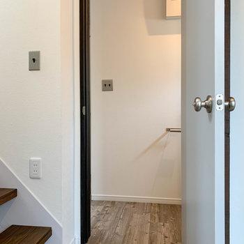 玄関スペース、階段右の扉を開けるとサニタリーがあります。