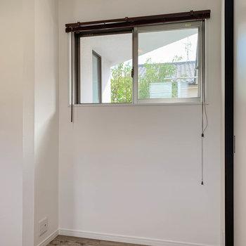 【2階左の洋室】奥まったところにも窓。窓が多いのって嬉しいなあ。