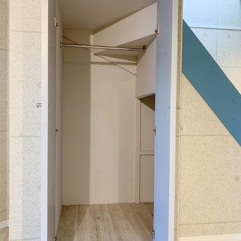 【地下1階】階段側の収納。クローゼットと階段下収納があります。