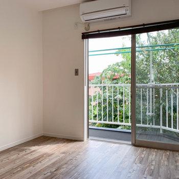【2階右の洋室】奥のスペース、窓はベランダへ続いています。