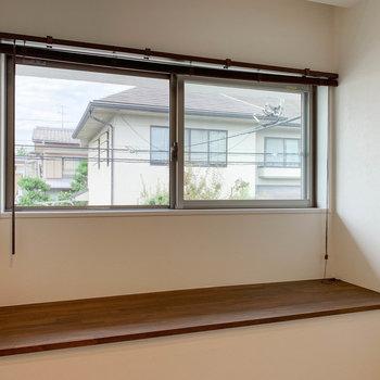【2階右の洋室】出窓です。幅も広く、本なども飾れそうです。