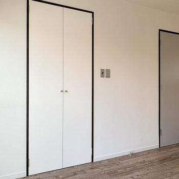 【2階右の洋室】サイドの壁に、さらに収納があります。