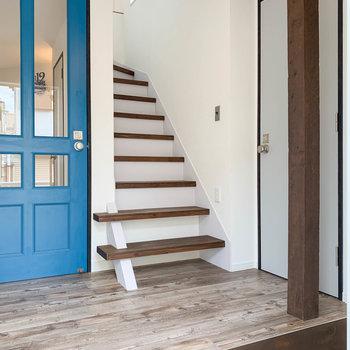 【1階玄関】階段と、その右にも扉があります。