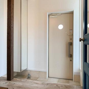 【1階玄関】青い扉を開けると、玄関へ。