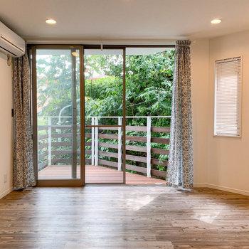 【1階】キッチンから見える景色。グリーンビューなのも良い。
