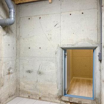 【地下1階】立って歩ける高さ。こっちは3人寝っ転がれるくらいの広さがあります。