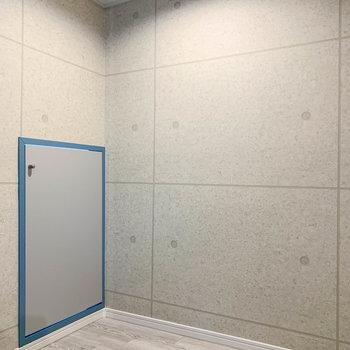 【地下1階】階段の前にも小さい扉。3つめの収納です。
