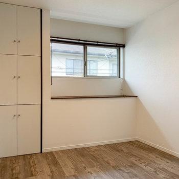 【2階右の洋室】まずは扉を開けて1つ目のスペース。