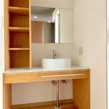 オシャレで使いやすそうな洗面台。(※写真は清掃前のものです)