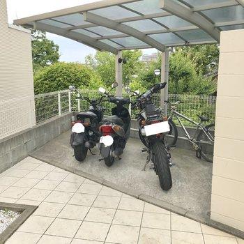 階段のぼったところに駐輪場、兼バイク置き場。