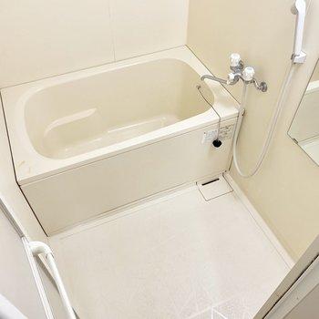 シンプルなバスルーム。(※写真は清掃前のものです)