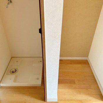 キッチン向かって後ろに洗濯機と冷蔵庫置き場。(※写真は清掃前のものです)