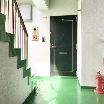 共用部】廊下は渋めのレトログリーン。