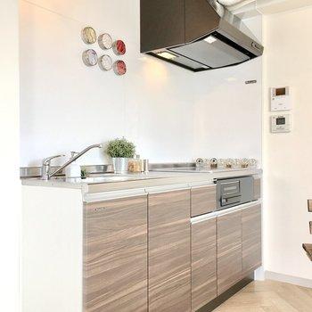 キッチンもお部屋に合わせて木目調に。