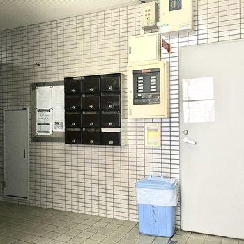 共用部】エレベーターはポストの向かい側に。
