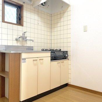 右側に冷蔵庫・洗濯機が横並びでおけます